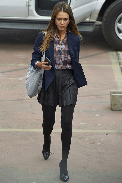 <p><strong>Jessica Alba</strong> sabe que las camisas de cuadros serán una de las tendencias de este otoño, y por eso ya luce la suya con falda plisada de piel, medias tupidas, pumps negros y blazer navy.</p>