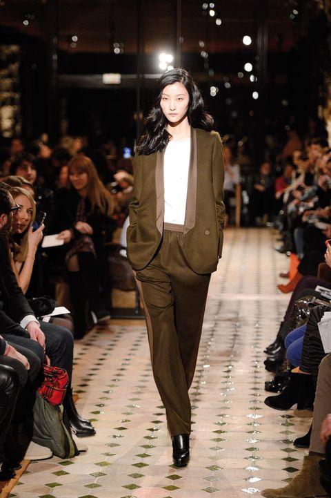 <p>Pantalón con franja lateral y un fino fajín, chaqueta sin cuellos con un sólo botón y top blanco para conseguir un look donde predomina la elegancia.</p>