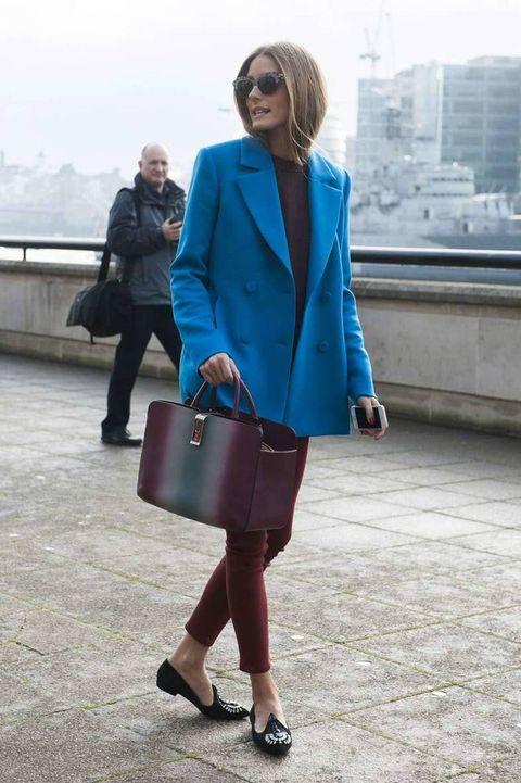 <p>Su chaquetón en tono azul intenso contrasta con el color 'burgundy' del resto de su look. Originalidad en el bolso XL y bailarinas con pedrería en la parte delantera.</p>