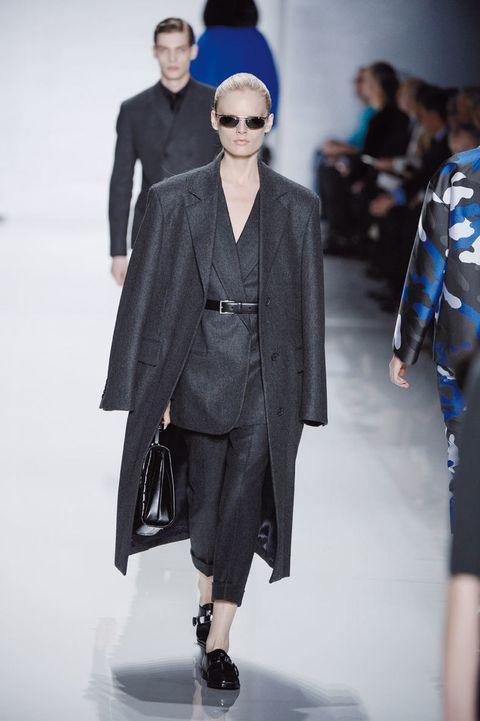 <p>Traje de pantalón y chaqueta con gabardina para los días más fríos. <strong>Michael Kors</strong> apuesta por el gris.</p>