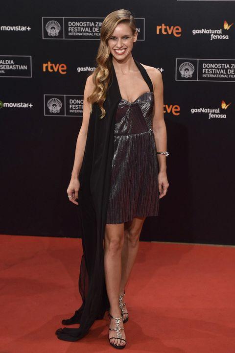 <p><strong>Manuela Vellés</strong> ha sigo una de las protagonistas de la fiesta de clausura del Festival de San Sebastián. Un mini vestido tableado con una tela adherida en el lateral de la pieza. &nbsp;</p>