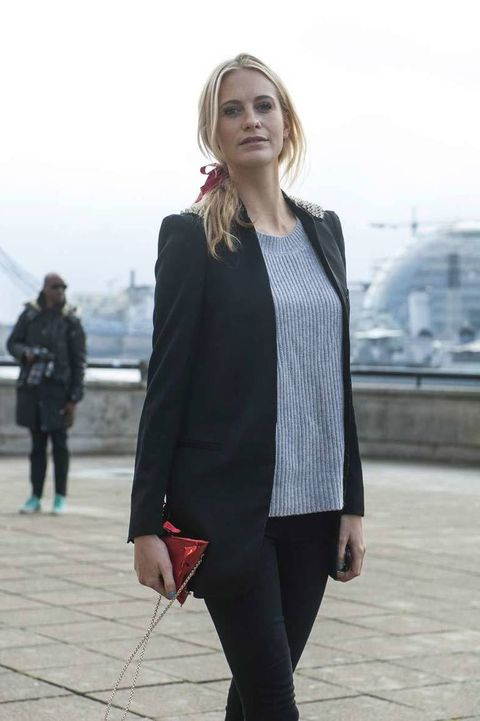 <p>Jersey de punto gris con americana con aplicaciones brillantes en los hombros y bolso XS con cadena. Fichamos: el lazo rojo recogiendo la cola de caballo.</p>