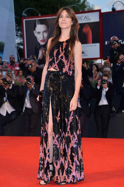 """<p>En la última edición del <strong>Festival de Cine de Venecia</strong>, <strong>Charlotte Gainsbourg</strong> posó ante los focos vestida con un impresionante conjunto de 'pailettes' de&nbsp;<a href=""""http://es.louisvuitton.com/esp-es/homepage/?campaign=sem_bran_brot"""" target=""""_blank""""><strong>Louis Vuitton</strong>,</a> compuesto por un 'crop top' y una falda larga con ranura XL lateral.</p>"""
