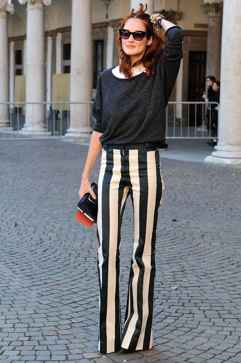 <p>Preciosa con pantalones a rayas, jersey de cuello barco y camisa blanca. </p>