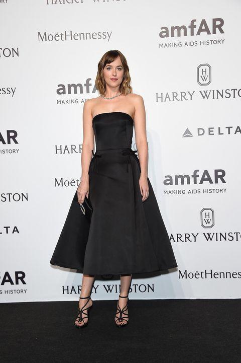 <p>La actriz de 'Cincuenta Sombras de Grey' eligió un sofisticado vestido 'lady' y palabra de honor de <strong>Dior,</strong> con sandalias de tiras.</p>