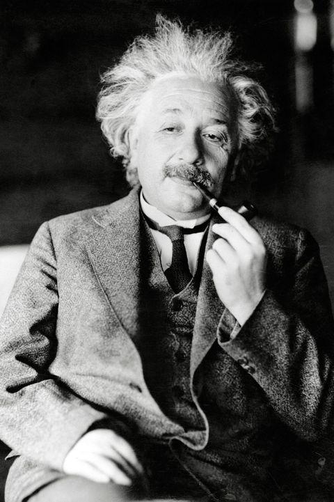 <p><strong>Albert Einstein</strong> es una de las primeras figuras públicas que adoptó este sistema para vestirse. Traje gris, camisa de cuello estrecho, corbata negra y siempre sin calcentines.</p>
