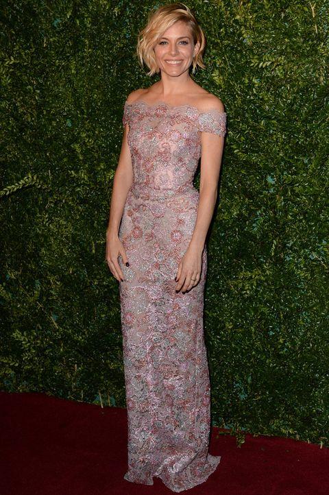 <p>La más elegante de la gala de entrega de los Evening Standard Theatre Awards 2014 y de la semana ha sido&nbsp;<strong>Sienna Miller</strong> con este vestido bordado de escote barco de estilo romántico firmado por <strong>Burberry&nbsp;</strong>que ella supo diferenciar con su peinado efecto messy.</p>