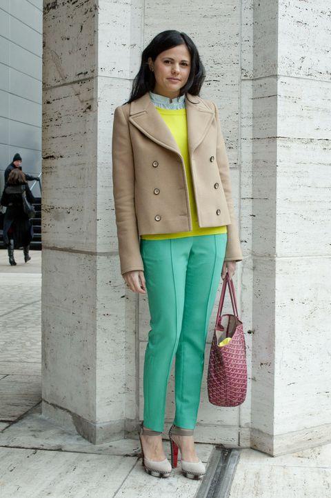 <p>Una combinación de colores exquisita: verde menta y amarillo sobre un abrigo beis. ¡Perfecta!</p>