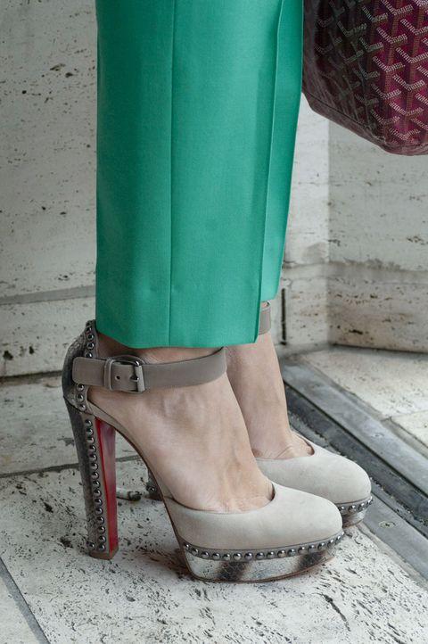 <p>Detalle de sus zapatos, con adornos de tachuelas.</p>