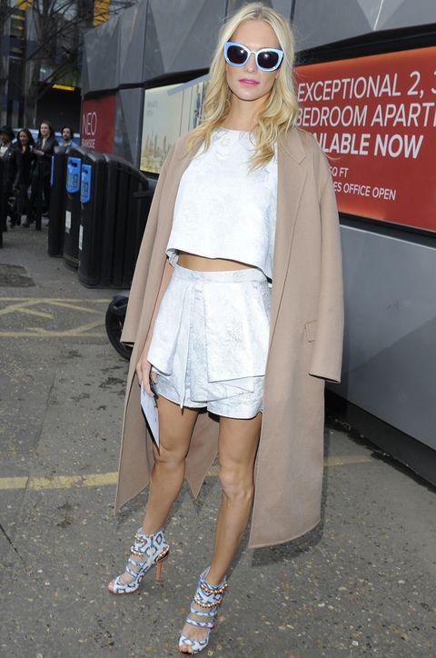 <p><strong>Poppy Delevingne</strong> no ha parado en la Semana de la Moda de Londres. En Topshop la vimos con este dos piezas con crop top brocado en plata, abrigo beige, sandalias étnicas y gafas de sol azules.</p>