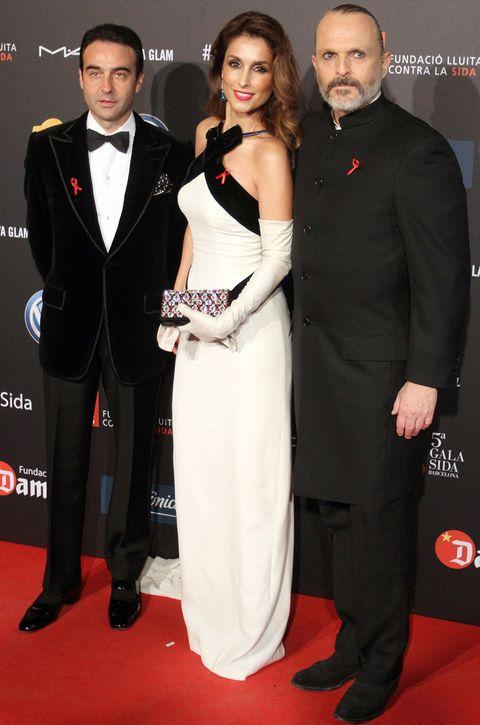 <p>Una elegante<strong> Paloma Cuevas</strong> de blanco y negro posa acompañada por su marido<strong> Enrique Ponce</strong> y junto a <strong>Miguel Bosé</strong>.</p>