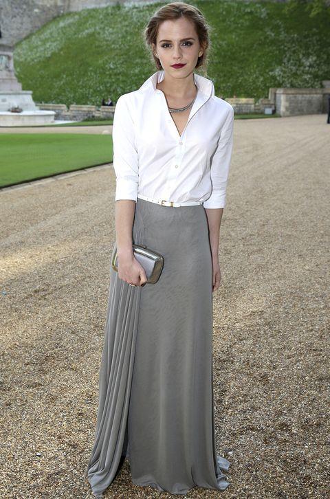 <p>Nuestra favorita de la cena benéfica fue <strong>Emma Watson</strong> con este look de <strong>Ralph Lauren Otoño 2014</strong> compuesto por una falda larga gris con detalle plisado en el lateral y una camisa blanca con fino cinturón a juego. Le añadió un clutch metalizado de <strong>Roger Vivier</strong>, un collar rígido y un look de belleza muy romántico.</p>