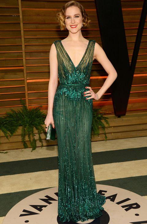 <p><strong>Evan Rachel Wood</strong> prefiere el estilo retro de este vestido de paillettes con escote en uve de<strong>Elie Saab Couture Otoño 2013</strong> conjuntado con un clutch del mismo color. De 10 su peinado con ondas.</p>