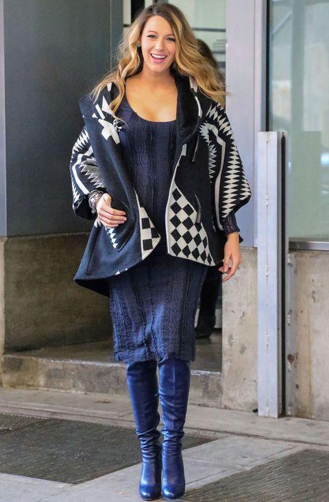 <p>La moda de los abrigos amplios tipo poncho le está viniendo muy bien&nbsp;para abrigarse con estilo durante su embarazo. Este modelo estampado en blanco y negro es uno de los últimos que le hemos visto.&nbsp;</p>