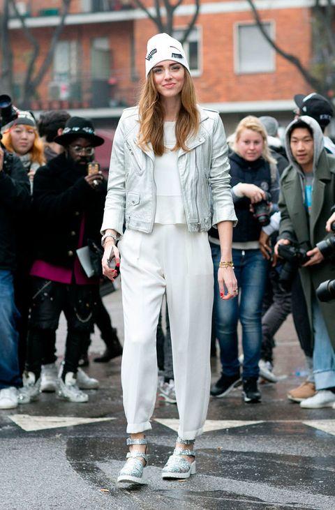 <p>Si está <strong>Chiara Ferragni</strong> significa que hay un ejército de 'flashes'. Esta vez se decanta por un 'look' en tonos blancos. </p>