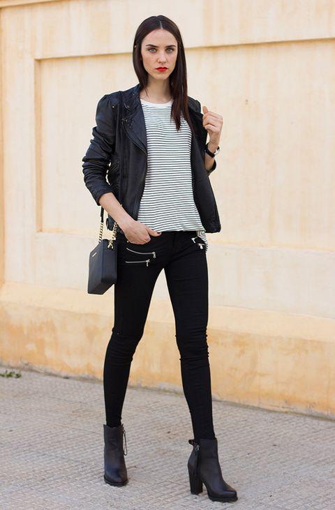 <p>Al mismo look navy, súmale una perfecto negra.</p>