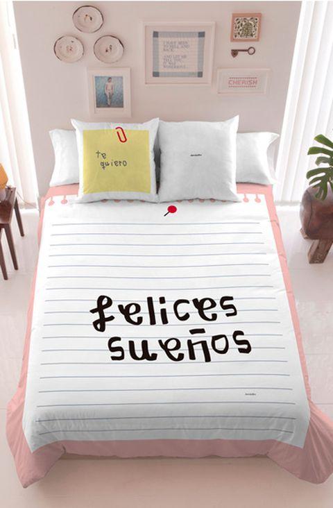"""<p>Uno de los últimos en embarcarse en el diseño de textiles para el hogar es <strong>Davidelfin.</strong>'Felices sueños', 'Sign me to sleep' o 'Love you' son algunos de los mensajes que tiñen las sábanas tan divertidas del malagueño. Ficha todas las piezas en <a href=""""http://www.davidelfin.com/es/shop/davidelfin-living"""" target=""""_blank"""">Davidelfin Living</a>.</p>"""