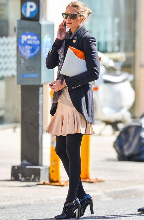 <p>Domina los looks de calle. <strong>Olivia Palermo</strong> firma este estilismo working que estamos deseando copiar con falda skater rosa palo, blazer navy con original corte, jersey nude, zapatos negros y fular estampado.</p>