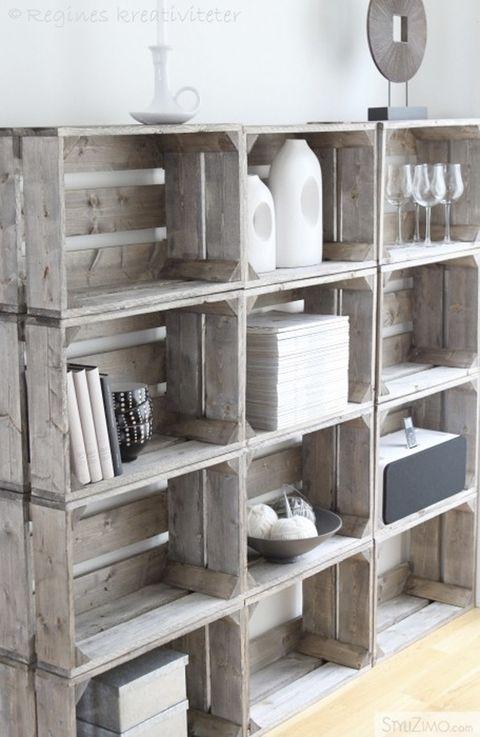 """<p>En <a href=""""https://cityclecticdesign.wordpress.com/"""" target=""""_blank"""">Cityclectic Design</a> nos muestran este mueble creado con doce cajas de madera exactamente iguales, que se sostienen gracias al propio peso de los objetos colocados -estratégicamente- en su interior. Nos gusta el carácter rústico de las cajas y su mezcla con los objetos sencillos y de toque industrial. Un <i>mix&amp&#x3B;match</i> de lo más acertado. Piensa en el tuyo.</p>"""