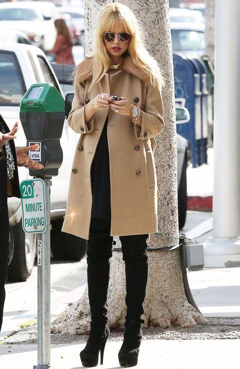 <p>La estilista y diseñadora <strong>Rachel Zoe</strong> no tiene sólo un modelo de abrigo camel, tiene varios. Nos gusta especialmente este diseño con detalle de pelo en el cuello.&nbsp;</p>