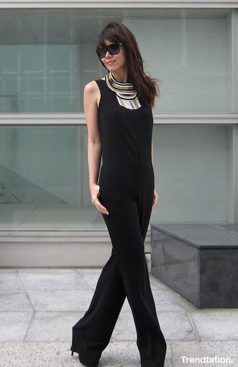 <p>Nos encanta el jumpsuit negro de Jennifer, ya que es una prenda muy versátil que puede abarcar tanto looks formales como informales. Ella opta por la primera opción, añadiendo unos stiletto y un maxi collar con toque étnico que nos tiene hipnotizados.</p>