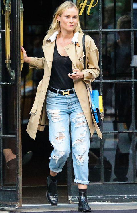 <p>Uno de los must have del entretiempo es el trench.<strong>Diane Kruger</strong> luce un original modelo con un cisne en el cuello combinado con un top negro, pantalones boyfriend, botines planos, cinturó de Hermès y bolso tricolor.</p>