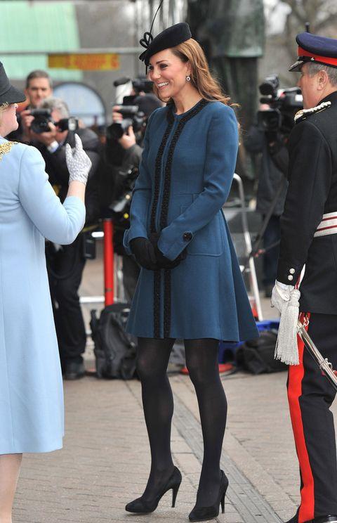 <p><strong>Kate Middleton</strong> recurre a su abrigo para combinar estos dos colores en un modelo en azul petróleo con bordados y botones en negro.</p>