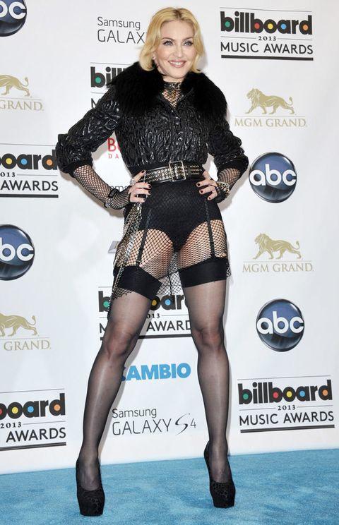 <p><strong>Madonna</strong> no deja de sorprendernos. Tras su llamativo estilismo en la gala del MET, la cantante volvió a apostar por un look cuanto menos sorprendente para los premios Billboard. Subida a unos altísimos tacones, con body negro de rejilla, ligueros y chaqueta con cuello de pelo, Madonna volvió a demostrar que sigue pisando fuerte.</p>