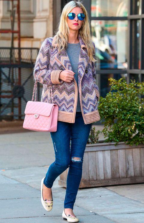 <p>De 10 este look de<strong> Nicky Hilton</strong> con unos vaqueros pitillo un poco desgastados, camiseta gris, chaqueta estampada, bolso rosa de <strong>Chanel</strong> y bailarinas de gato de <strong>Charlotte Olympia</strong>.</p>