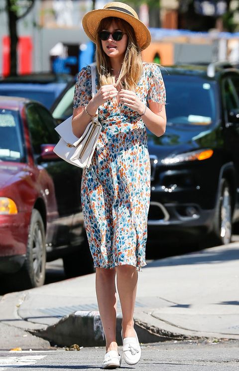 <p>Nos hemos enamorado de este estilismo de la protagonista de '50 sombras de Grey' <strong>Dakota Johnson</strong> con un vestido midi de flores, mocasines blanco, bolso del mismo color y sombrero Canotier.</p><p></p>