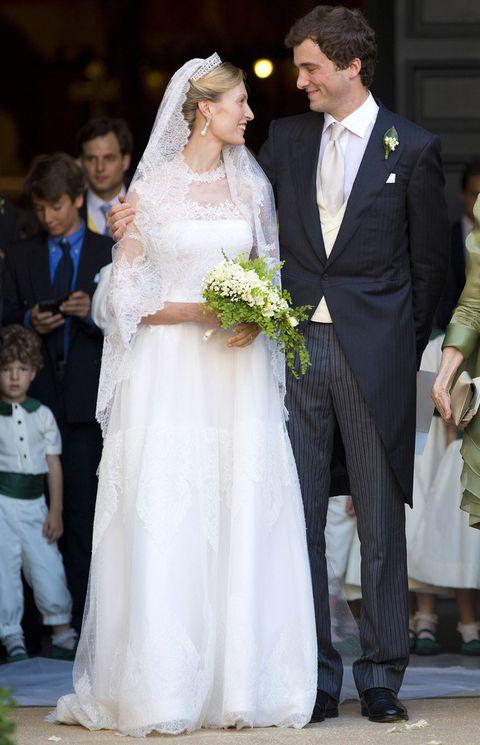 <p>La boda real de este verano ha sido la de<strong>Elisabetta María Rosboch y el Príncipe Amadeo de Bélgica</strong>. La novia, fiel a su estilo romántico escogió un impresionante vestido de encaje con larga cola de <strong>Valentino.</strong></p>