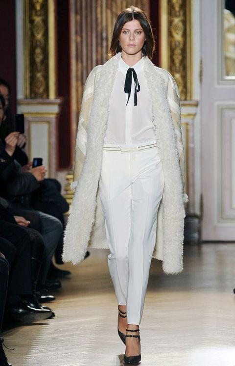 <p>El blanco también es para los meses más fríos del invierno, <strong>pantalones de vestir, camisa con detalle de lazo y abrigo en tono crudo.</strong></p>