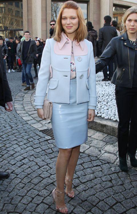 <p>En la ultima Semana de la Moda de París la vimos en el desfile de&nbsp;Miu Miu con un traje pastel en azul y rosa con falda de piel, sandalias nude y clutch a juego.</p>