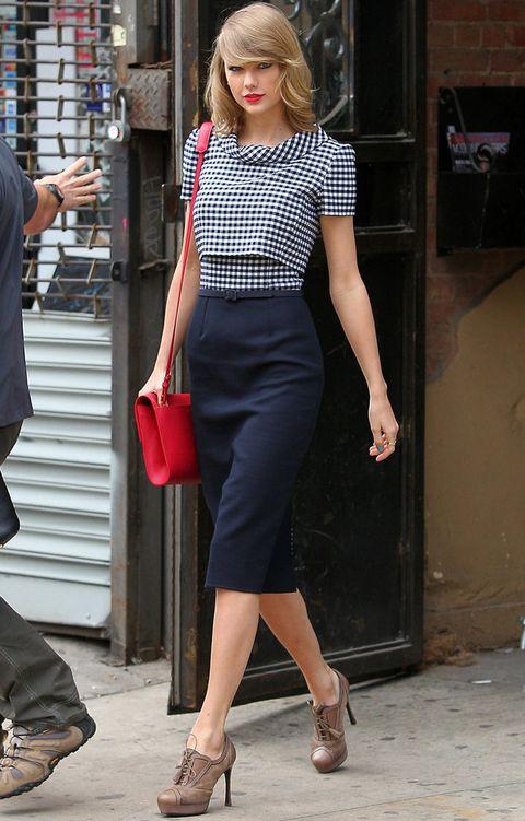 <p><strong>Taylor Swift</strong> nos deja varias propuestas de estilos muy diferentes. Una muy lady con falda tubo en azul navy y blusa de cuadros en tonos combinados, bolso rojo y zapatos de piel.&nbsp;</p>