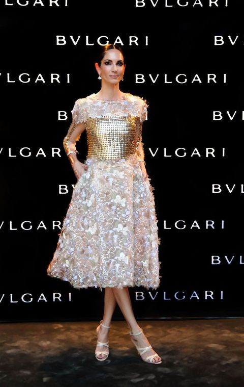 <p>La modelo española <strong>Eugenia Silva</strong> con pendientes y brazaletes de <strong>Bulgari</strong> y un vestido alta costura con aplicaciones florales, de <strong>Alfredo Villalba</strong>.</p>