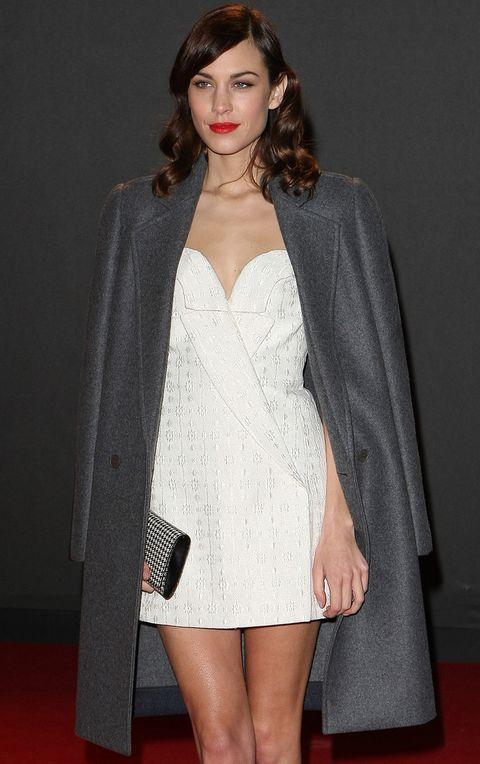 <p>La 'it girl' se protegió del frío londinense con un abrigo gris que lucía sobre los hombros.&nbsp;</p>