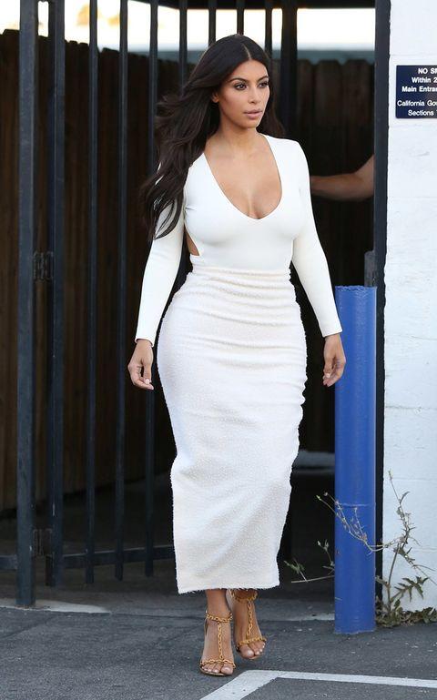 <p>Las prendas más frecuentes de la 'it girl' son las faldas de tubo y las camisetas con escote amplio. Potencia su forma de reloj de arena con prendas que se ajustan a sus curvas.</p>