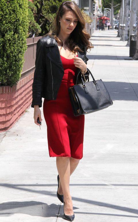 <p>¿Tampoco crees que te la puedas poner para ir a la oficina? Ficha a <strong>Jessica Alba</strong> y su look working con un vestido rojo a la rodilla, 'Perfecto', salones negros y bolso de mano.</p>