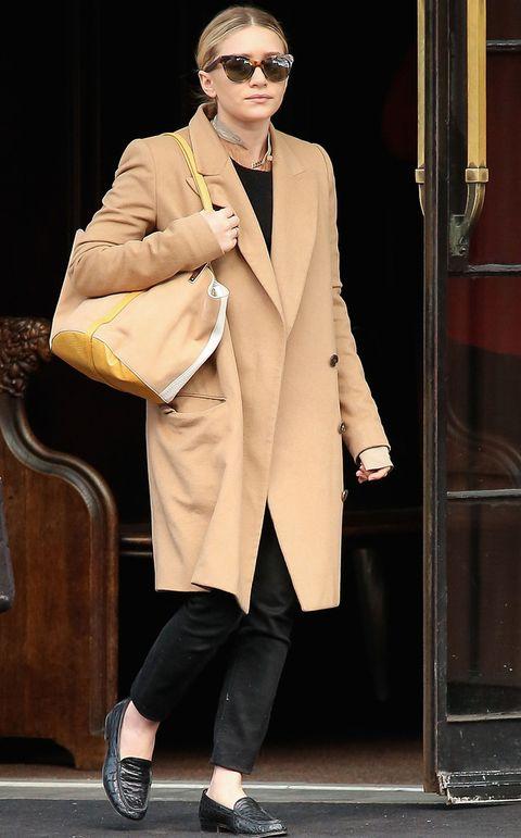 <p><strong>Ashley Olsen </strong>nos muestra como integrar este tipo de abrigos en un look de estilo masculino en clave total black.</p>