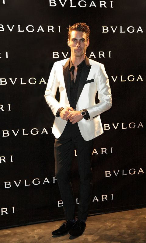 <p><strong>Jon Kortajarena</strong> con reloj de <strong>Bulgari</strong> y chaqueta de smokin bicolor.</p>