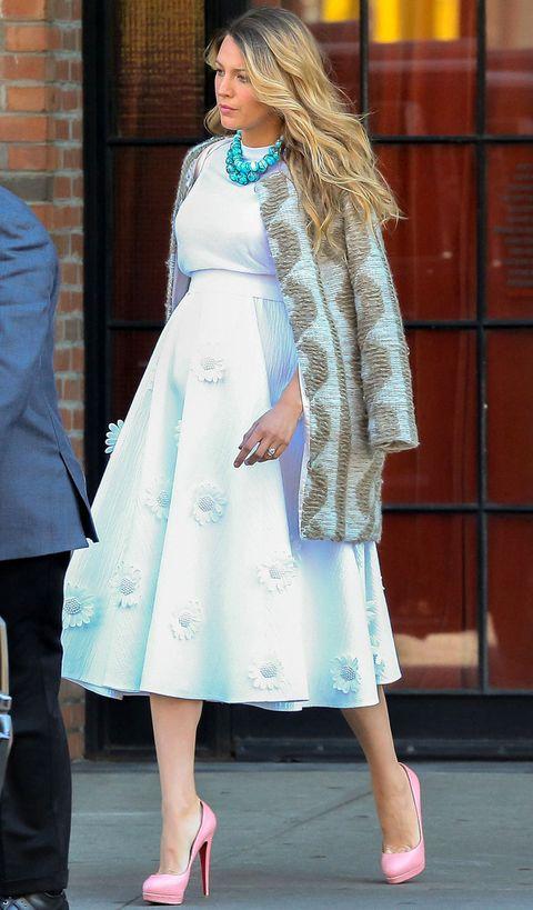 <p>Toda una lady con este vestido blanco midi con margaritas en la falda de <strong>Michael Kors Primavera Verano 2015</strong>&nbsp;, abrigo estampado, pumps en rosa bebé de <strong>Louboutin</strong> y collar turquesa.</p>