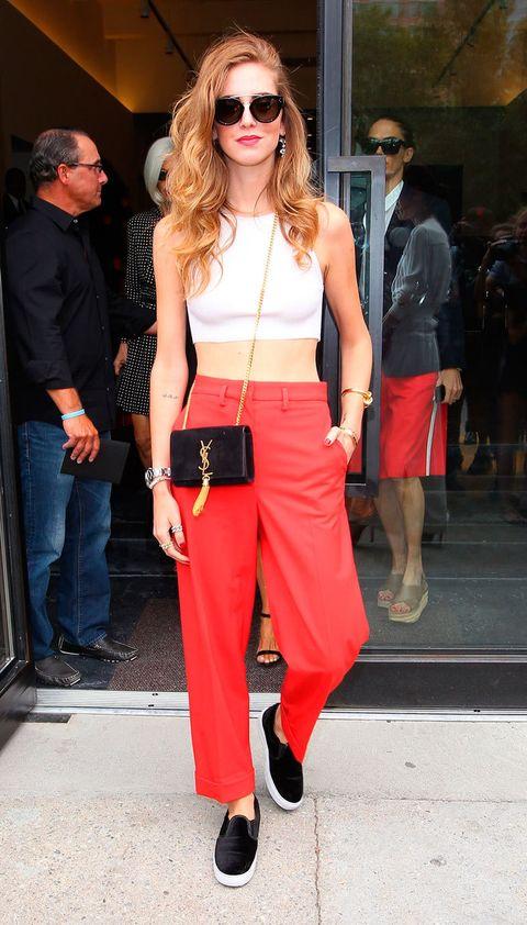 <p>La 'it girl' italiana<strong>Chiara Ferragni</strong>se apunta los minibolsos con este modelo de <strong>YSL</strong>. Son perfectos para guardar lo justo en un look de noche e incluso en un street style. </p>