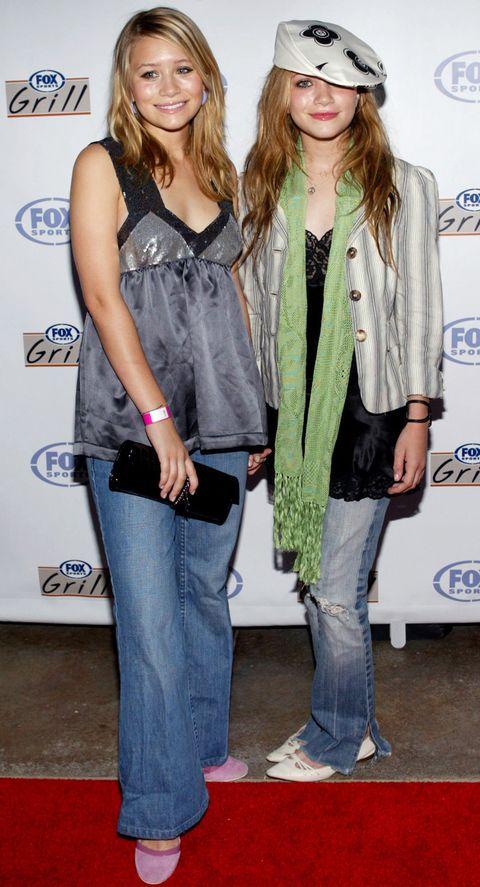 <p>Dónde: En un evento de Fox Grill en 2003.</p><p>Qué llevaban: En su último año de instituto Mary-Kate y Ashley empezaron a llevar gorras, tops baby doll y vaqueros de campana.&nbsp;</p>