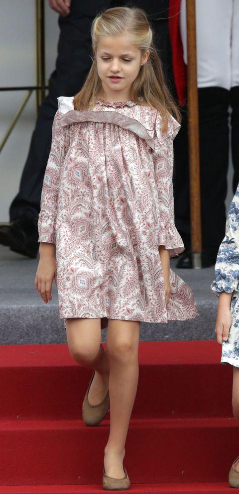 <p>En uno de sus primeros actos ya como Princesa de Asturias, el día de la Hispanidad, Leonor llevó un vestido estampado en tonos rosas de la firma <strong>Nanos</strong>.</p>