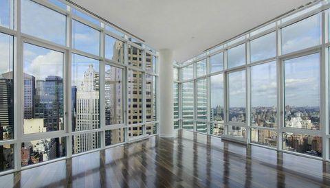 <p>La casa, que dispone de un salon triangular, tiene unas vistas increíbles sobre Manhattan. Las paredes acristaladas permiten disfrutar de la ciudad a lo grande.</p>