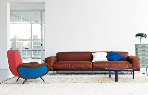 <p>Lo pone la butaca bicolor Lady Martingala, 2.270 €, y el sofá de piel Naviglio, 5.067 €, de Arflex.</p>