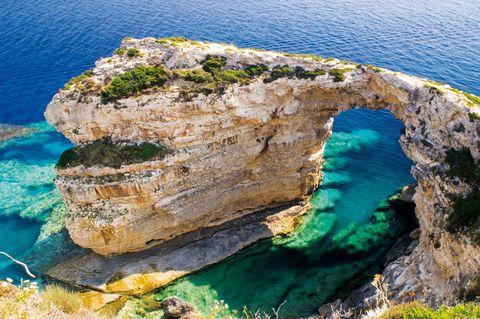 <p>La diminuta isla griega de Paxos es el último refugio low-chic desde que diseñadores y artistas hayan repoblado sus casitas de pescadores. Aterriza en una de sus calas de color turquesa y alójate en el Hotel Paxos Beach, a pie de playa. Habitación doble desde 100 €.</p>