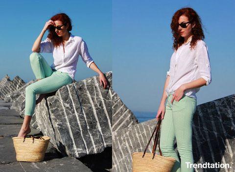 <p>Nos encanta la sencillez de este look de Julia, una simple camisa blanca y unos jeans en color mint bastan para lucir perfecta, y sin duda la cesta es el complemento perfecto para este primaveral conjunto.</p>