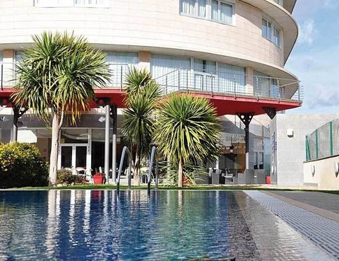 """<p>&nbsp&#x3B; Un paseíto de 2 minutos separa el espectacular parque temático del <a href=""""http://www.cityhotels.es"""" target=""""_blank"""">Atenea Aventura</a> (Ramón d'Olzina, 52. Vila Seca. Telf: 977 39 62 78), aprovecha su servicio de tránsfer gratuito. Es muy tentadora la oferta de estancia en este aparthotel (4*) tarraconense en doble, con desayuno bufé, acceso libre al <i>spa</i>, copa de cava de bienvenida y paella mediterránea en su restaurante, a partir de 45 euros por persona. El complejo dispone de biblioteca, piscina interior y exterior, así como conexión gratuita a internet en las zonas comunes. &nbsp&#x3B;</p>"""