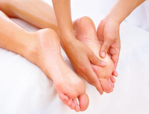 """<p>Dejarte tocar por unas manos expertas es una de las sensaciones más relajantes. Y <strong>cuando no tengas un buen amante a tu lado, nuestra recomendación es que te regales un masaje.</strong> Si la falta de sexo te tiene muy tensa, uno masaje de pies te hará tocar el cielo. <strong>Nos encantan</strong>. Los exóticos masajes de <a href=""""http://www.fusiom.es/es/"""" target=""""_blank"""">Fusiom</a>. Balinés, thai, ritual maya, a cuatro manos, hawaiano, relax oriental… <strong>Nuestro preferido.</strong> Dado que buscamos un placer sustitutivo, date un lujo y regálate el <strong>Royal Palace, un ritual que incluye baño de vapor, cuidado de los pies</strong>, pampering con una exfoliación corporal refrescante y antiséptica, un masaje por todo el cuerpo utilizando pequeños pouches con una receta secreta de especias e inmersos previamente en aceite aromático tibio y, para terminar, el masaje Fusiom Oriental Blend. <strong>Precio.</strong> 198 euros, 180 minutos de auténtico placer…</p>"""